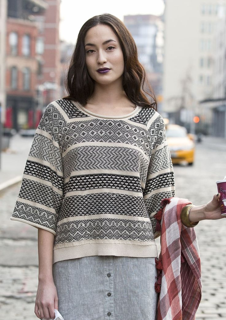 Exciting sweater in a style with a generous fit and three-quarter sleeves, knit in a comfortable organic cotton. A beautiful two-tone pattern in a jacquard knit.