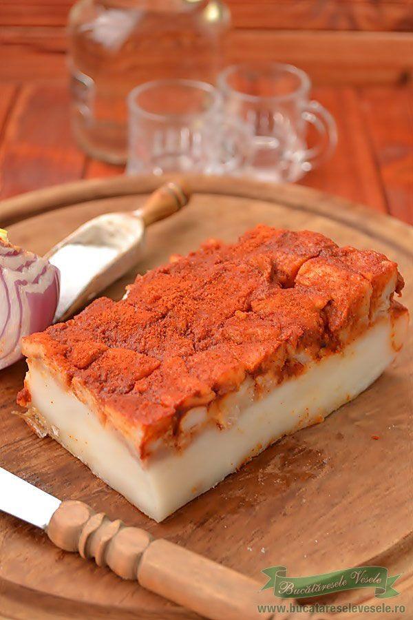 In fiecare an la taierea porcului musai sa preparam si acest fel. Se poate prepara si din alte tipuri de slanina dar cel mai bun dupa parerea mea este gusa de porc. Nu stiu pe la voi cum se numeste acest preparat dar eu il cunosc cu numele de Tokaszalonna si imi place la nebunie