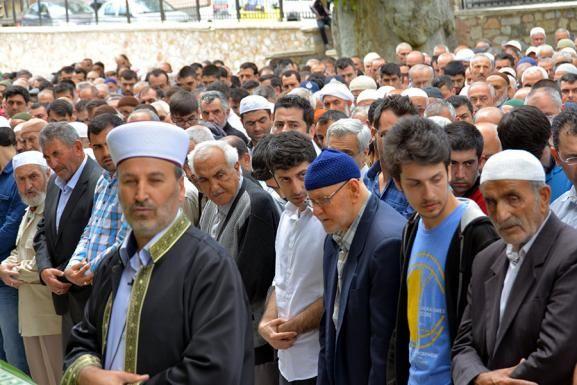 UYGUR TÜRKLERİ İÇİN GIYABİ CENAZE NAMAZI Sincan Uygur Özerk Bölgesi'nde oruç yasağına uymadıkları gerekçesiyle öldürülen 28 Uygur Türk'ü için Türkiye'nin birçok şehrinde gıyabi cenaze namazı kılındı.
