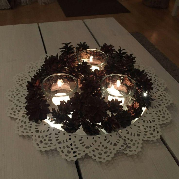 Valot, kynttilä, käpy.