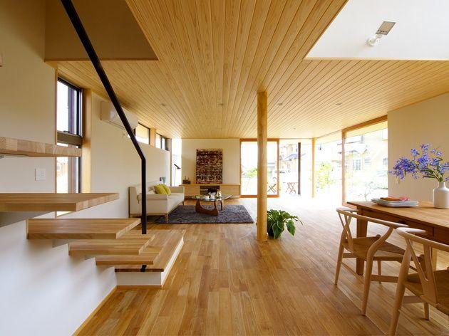 ガレージと住宅が繋がる家。 この住宅のキーワードは、「繋がる」です。 繋がることにより、内外の意識の境界線をなくし、 広がりのある空間、視覚効果をもたらします。 まずは、リビング。 大きなリビングと、半屋根のウッドデッキを、大きな木製サッシが、 室内と庭を繋げます。 木造住宅とは思えない、大胆な大開口が特徴です。 そのリビングには、ステップの広いゆったりとした階段が、 緩やかな傾斜で、二階の空間と...
