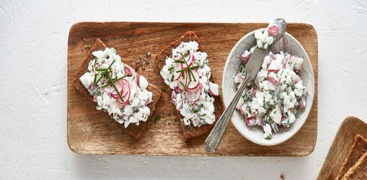 Sýr promíchejte v misce s ředkvičkami a pažitkou. Osolte, opepřete a podávejte s chlebem.