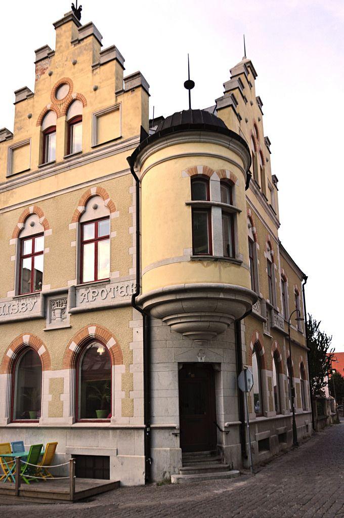 Apoteket Väduren, hörnet Hästgatan-Mellangatan, Visby, Gotland   by Bochum1805  Sweden