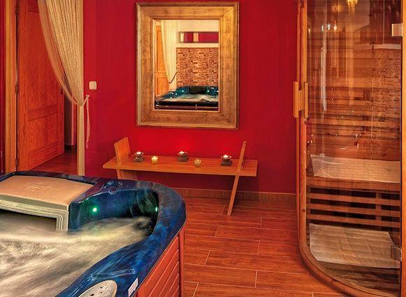 MADRID, CHINCHON. Apartamentos Chinchón Spa. Son 2 apartamentos de alta calidad para una #escapadaRomántica con #spa. Cada uno cuenta con dormitorio, baño, cocina equipada, salón comedor con #divánTantra y zona spa con bañera de hidromasaje, #jacuzzi y #saunaFinlandesa. Están muy bien decorados y cuentan con todas las comodidades para que disfrutes en pareja con todos los servicios de un hotel pero toda la intimidad de un hogar. Situados a 400 metros de la famosa Plaza Mayor de #Chinchón…