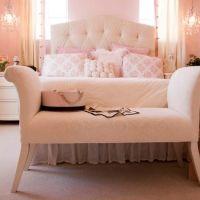 Ein Traum in Puderrosa: Üppige Kissen und Volants, ein großes, gestepptes Kopfteil und eine klassische Sitzbank machen dieses Schlafzimmer zur Spielwiese für kleine und große Mädchen.