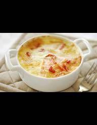 Recette Tartiflette au vin blanc : Eplucher les pommes de terre et les plonger dans de l'eau bouillante salée (elles sont assez cuite quand le couteau les tran...