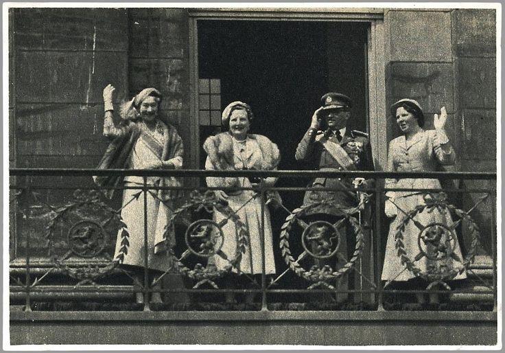 Ter afsluiting van de rijtoer door Amsterdam verschijnt het koninklijk gezelschap op het balkon van het paleis op de Dam