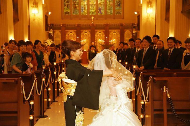 【ベールダウンシリーズ②】 神聖なチャペルの扉が開かれ、お父さまとバージンロードへ歩み出す前に… 参列しているゲストの視線は母娘に注がれます。 多くの方に見守られながら最後の身支度を�� #北海道 #旭川 #ブルーミントンヒル #結婚式場 #結婚式 #ウェディング #挙式 #演出 #ベールダウン #母 #娘 #お母さん #親子 #ウェディングドレス #花嫁 #プレ花嫁 #チャペル #笑顔 #marry花嫁 #hokkaido #asahikawa #wedding #ceremony #mother #daughter #veil #weddingdress #smile #bride #chapel http://gelinshop.com/ipost/1519424632875321114/?code=BUWFKdBgwca
