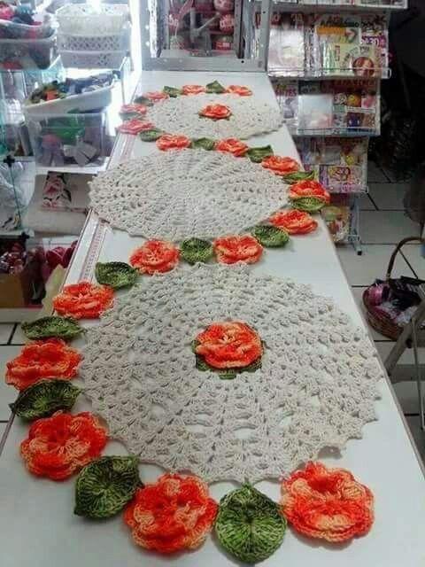 Caminho de mesa floral em crochê, você pode fazer com flores multicoloridas ou de uma só cor e as folhas podem ser mais simples ou ela...