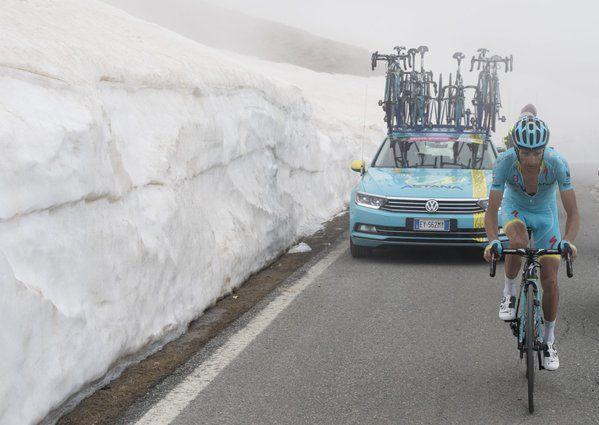 Michele Scarponi transita per primo sul Colle dell'Agnello, Cima Coppi del #Giro 2016 :-)