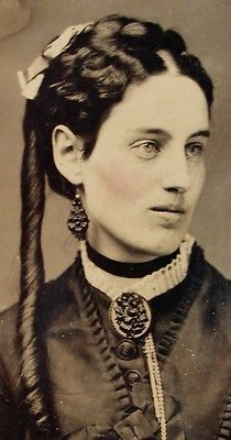 TINTYPE PHOTO EXCEPTIONAL BEAUTIFUL YOUNG WOMAN WEARS FABULOUS MOURNING JEWELRY