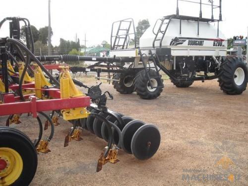 Bourgault 8810 35' Cultivator Bar w/- 6200 Seeder - http://www.machines4u.com.au/browse/Farm-Machinery/Planting-Seeding-Tillage-194/