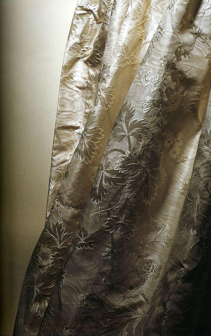 Платье. 1890-е. Белый шелк, затканный цветочным узором, комплект из корсажа и юбки с длинным шлейфом.
