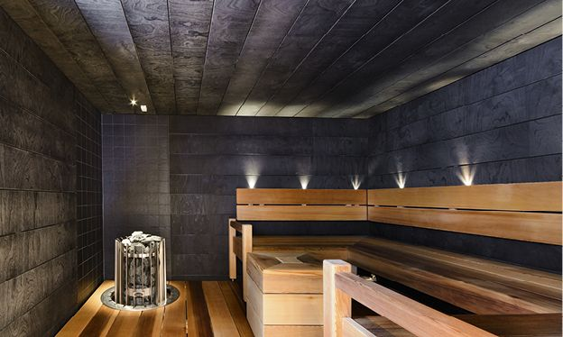 Kylpyhuone ja sauna, n. 7,5 m². Tunnelmallinen sauna on luotu kauniilla materiaaleilla ja sopivalla valaistuksella. Tässä saunassa saunomiselämys on todella rentouttava!