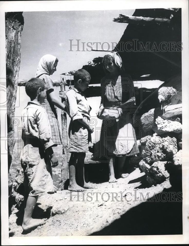 1946 Press Photo Panariti Peasant Woman of Greece Feeds Kids with Fresh Bread