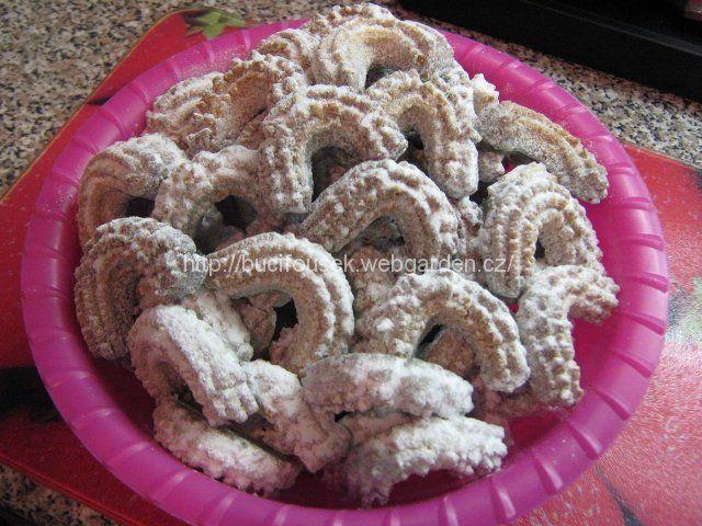 """""""Sádlové vanilkové rohlíčky od Anturky"""" - BOMBA!!! SUROVINY10dkg moučkového cukru, 10dkg mletých vlašských ořechů ořechů, 10dkg másla (používám Heru), 10dkg sádla, 37dkg hladké mouky, 1 celé vejce, 1/2 čajové lžičky prášku do pečivaPOSTUP PŘÍPRAVYTyhle rohlíčky se dělají 2-3 týdny před Vánocema, aby pěkně odležely.Do mísy dáme všechny suroviny. Rukou nebo vařečkou promícháme a vysypeme na vál, kde vypracujeme hladké těsto. Těsto necháme přes noc odpočinout v lednici a poté tv..."""
