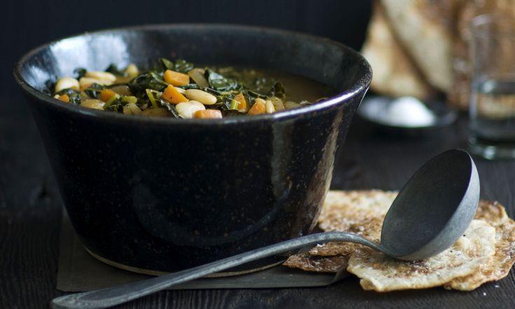 Boerenkoolsoep met witte bonen en parmezaan: het klinkt misschien gek. Maar geloof ons, het is een heerlijke variatie op de rijk gevulde Toscaanse bonensoep. Gebruik goede bouillon, dat maakt het verschil. Dit heb je nodigvoor 4-6 personen 2 el olijfolie…