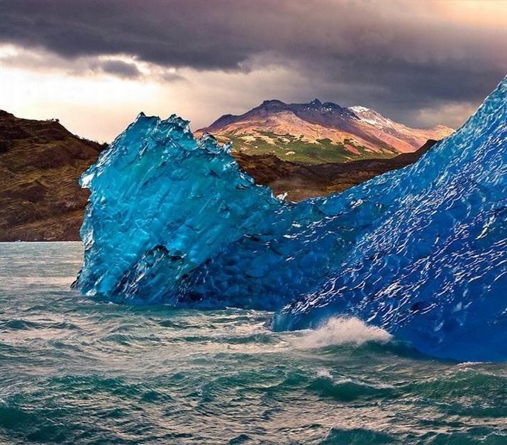 Gelo azul, o maravilhoso resultado da neve caindo sobre uma geleira e sendo comprimida.