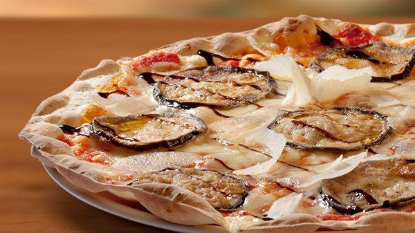 ¡Si es una de nuestras pizzas más pedidas, será por algo!#Pizza Melanzana, una deliciosa combinación de sabores con un toque dulce: #mozzarella, #berenjena caramelizada, #parmigiano, #miel y #aceto balsámico http://www.latagliatella.es/menu/le-pizze-pizzas/