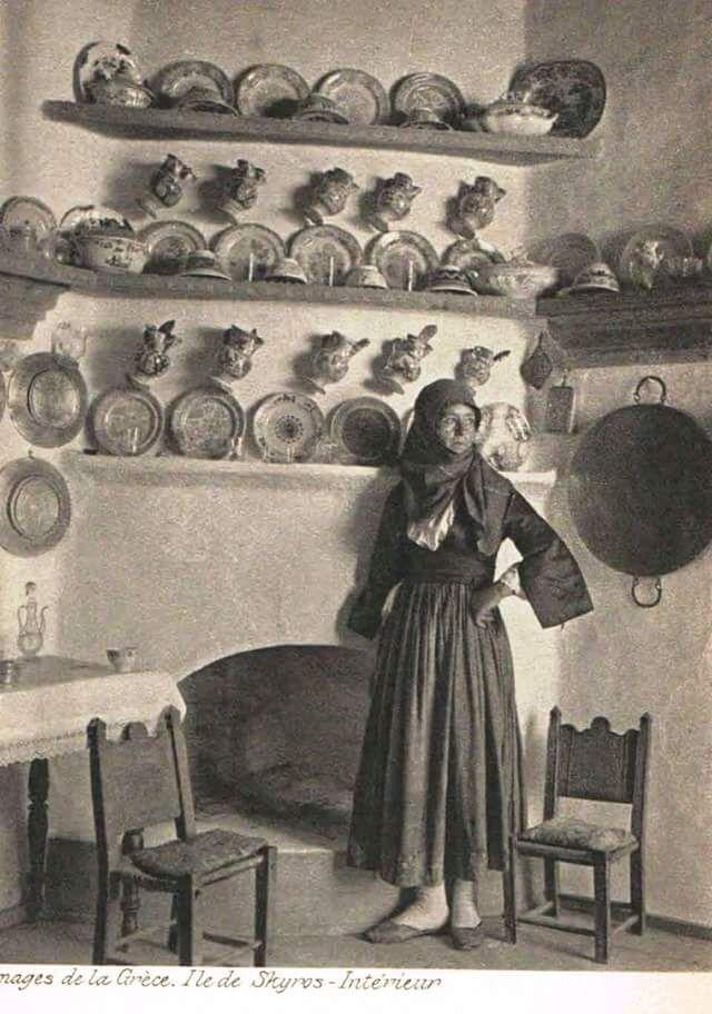 ΣΚΥΡΟΣ - αρχες του 20 ου αιώνα - Σκυριανή με τοπική ενδυμασία στο εσωτερικό του σπιτιού