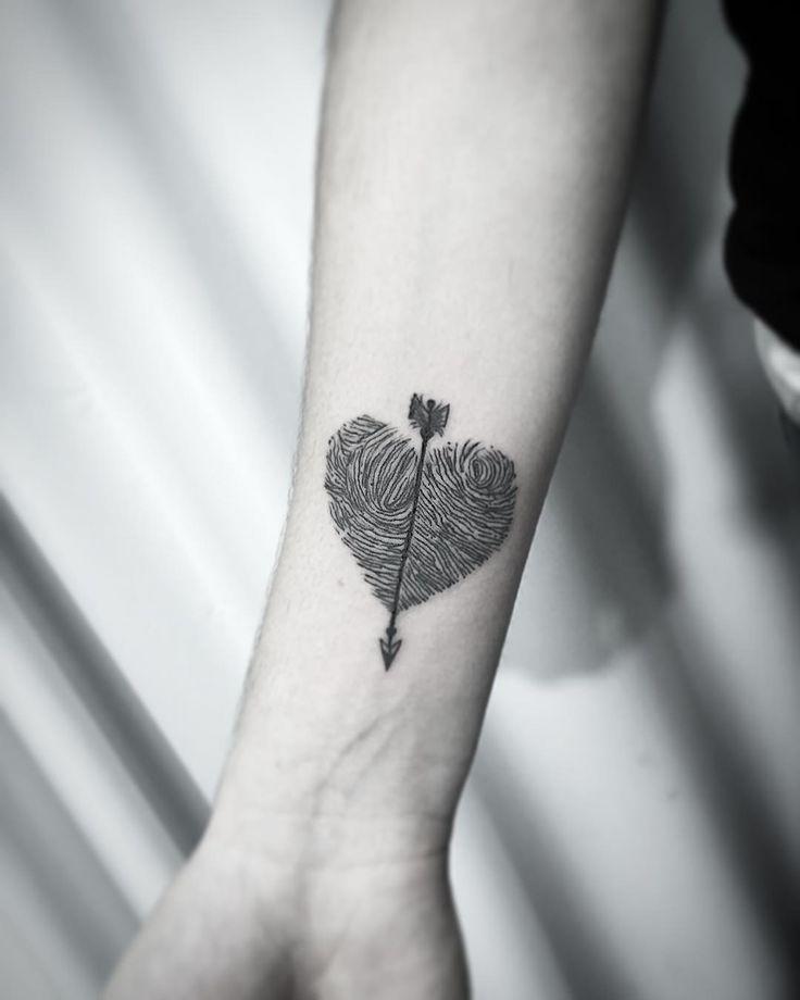 Com as digitais do Pai e da Mãe de Elisia fizemos esse coração :) valeeeeu e até breve Elisia!!! Contato para orçamento e agendamento no tel 27 999805879 com @bruno_a_luppi #kadutattoo #tattoos #tattoo #tatuaje #tatuagem #tatuagemdelicada #tatuagensfemininas #heart #love #lovetattoos #finelinetattoo Tattoo shared by kadutattoo