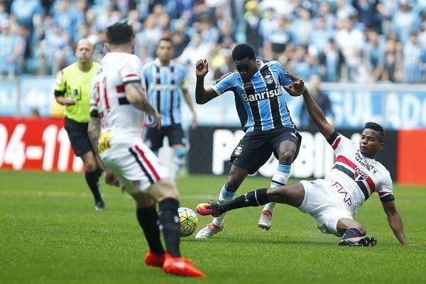 http://ift.tt/2mqI861 - www.banh88.info - Kèo Nhà Cái W88 - Nhận định bóng đá Gremio vs Sao Paulo 4h30 ngày 16/11: Giữ vị trí  Nhận định bóng đá hôm nay soi kèo trận đấu Gremio vs Sao Paulo4h30ngày 16/11vòng 35 giải VĐQG Brazil sân Arena do Grêmio.  Giải vô địch quốc gia Brazil đang đi tới những vòng đấu cuối và đôi khi chiến thắng cũng chẳng đem lại nhiều ý nghĩa. Đó là trường hợp của Gremio và Sao Paulo trước vòng đấu thứ 35. Tuy nhiên mất điểm cũng không phải là một lựa chọn đối với họ…