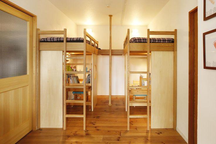 リビング内に設けられた子供スペース。兄弟それぞれの空間を確保しました。 専門家:が手掛けた、子供スペース(造作ロフトベッド)(S邸・のぼり棒付きの楽しいロフトベッド!)の詳細ページ。新築戸建、リフォーム、リノベーションの事例多数、SUVACO(スバコ)