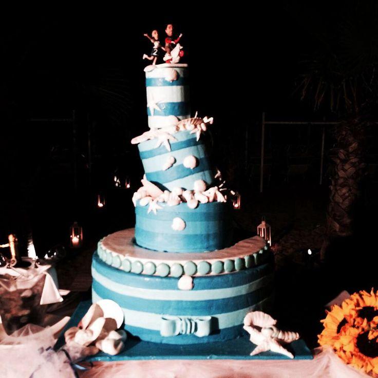Wedding cake tema mare con taglio al chiaro di luna sulla spiaggia - wedding cake served on the beach, in the night, with moonlighting, sea and beach theme for wedding - wedding theme - beach - white - blu - sea - perfectday.it - weddingitalianstyle.co.uk
