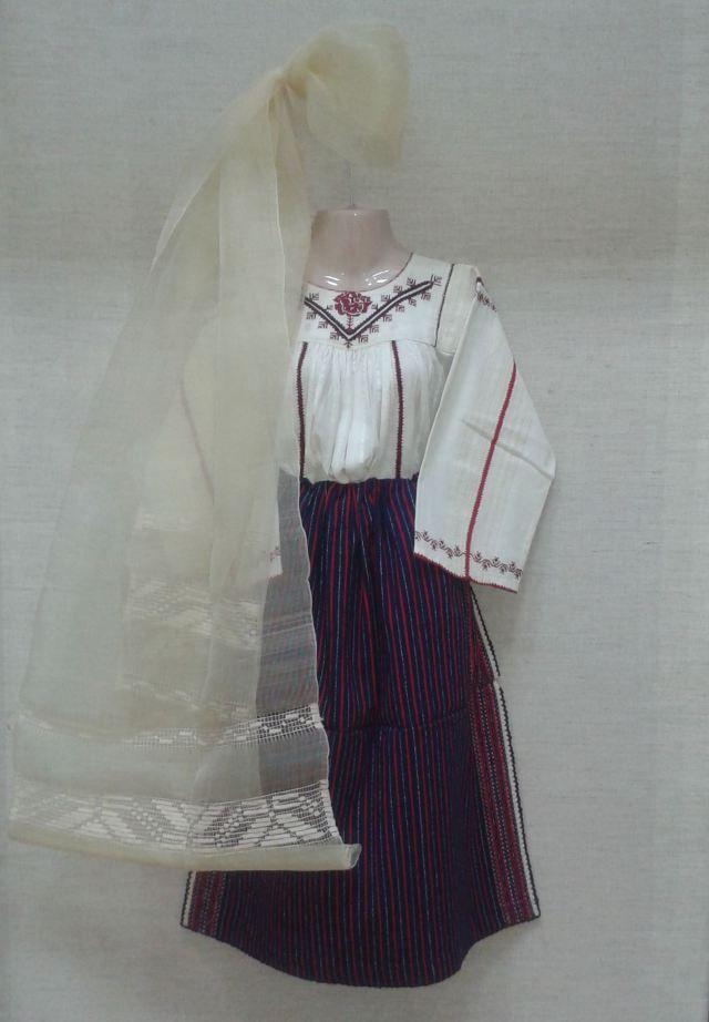 Costume popular Romanesc din Dobrogea. Poza preluata de la Muzeul de Arta Populara din Constanta.