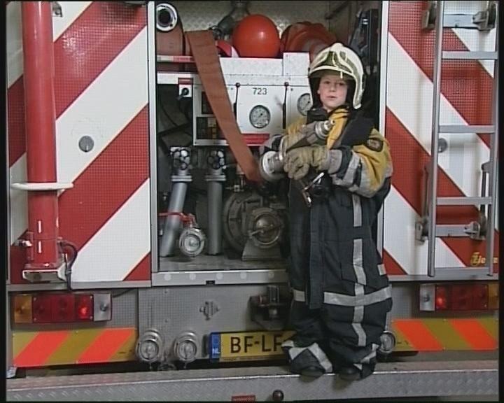 Jelle is op bezoek bij de brandweer. Samen bekijken ze de kleding van een brandweerman.
