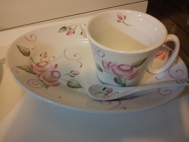 Desayunador porcelana pintada a mano, via Flickr.