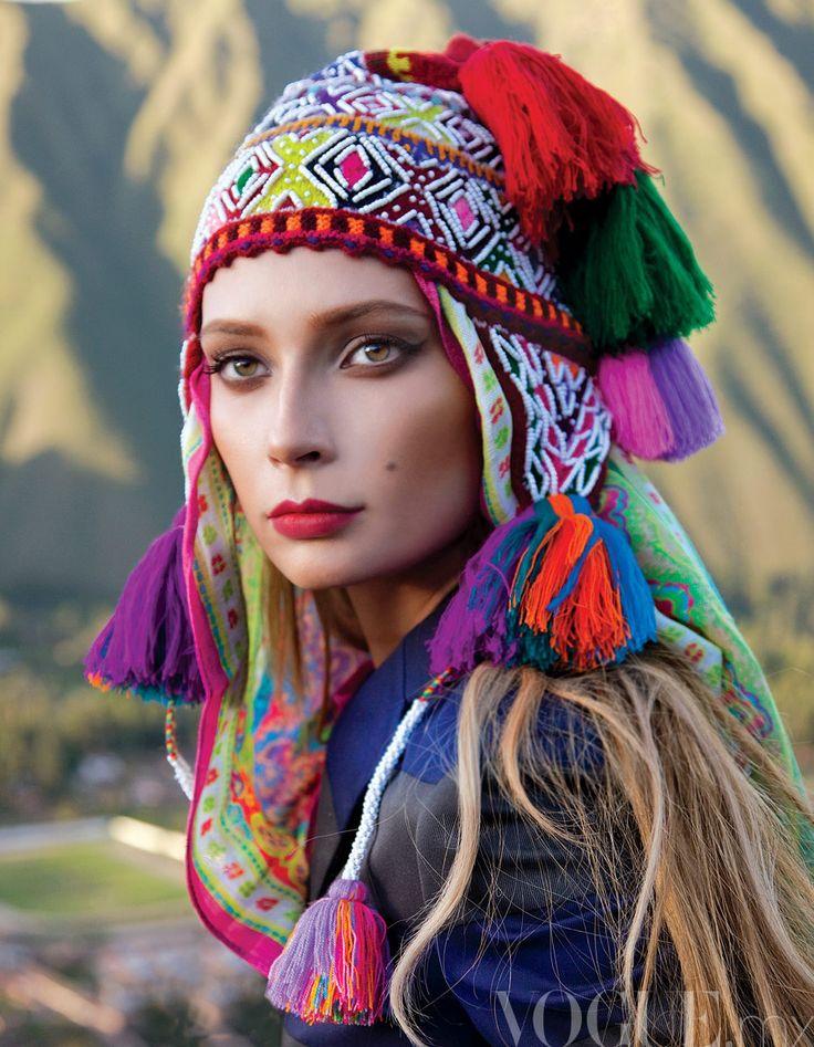 Princesa Inca, Vogue viaja a Peru Desafiante. El mosaico cultural de Perú es un asombroso balance entre la riqueza de sus raíces precolombinas y la suntuosidad de su folclore.  Gorro tejido, artesanal de Perú; blazer de algodón a rayas, de Prada; bufanda de Theodora & Callum.  FOTOGRAFÍA: MICHAEL FILONOW