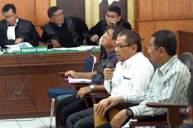 Medan - Tim Saber Pungli Kepolisian Daerah Sumatera Utara menangkap dua pejabat Kesayahbadaran ...