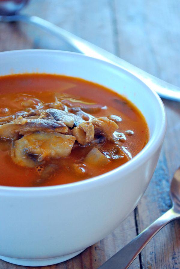 l sabor profundo de los hongos se combina perfecto con la base de jitomate y si además lo hacemos usando un buen caldo de pollo o res la historia es aun más perfecta.