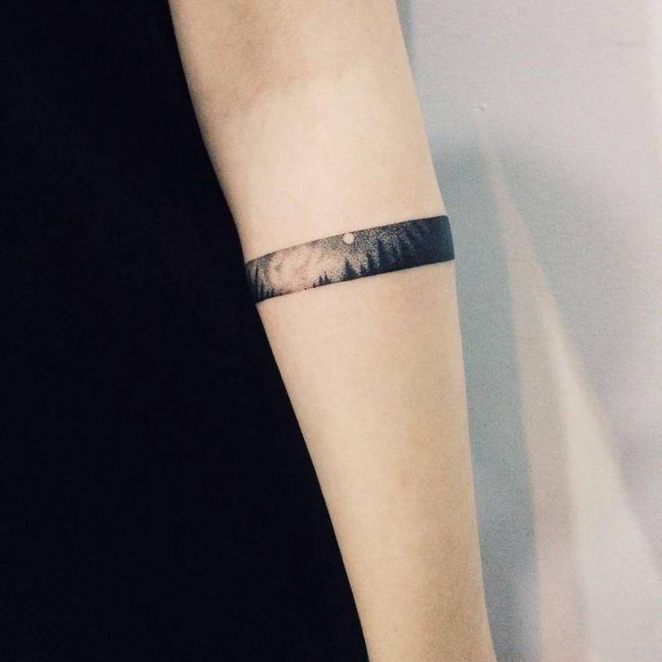Tatuaje de un brazalete que contiene el paisaje de... - Pequeños Tatuajes para Mujeres y Hombres