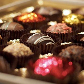 Włosi włożyli do czekolady rodzynki, orzechy i migdały, natomiast Belgowie opakowali przysmak w kolorowe papierki tworząc bombonierkę.