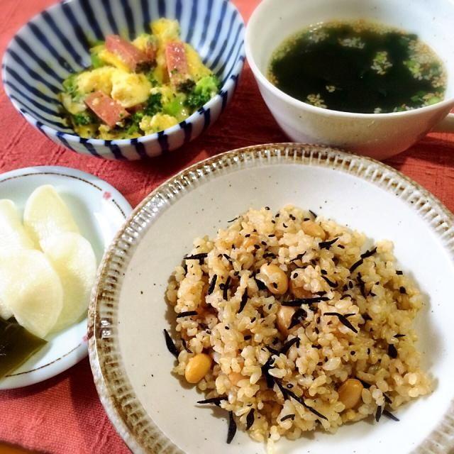 どうしてもご飯が食べたくなって炊いてみた おかずもシンプル♪ - 9件のもぐもぐ - ☆大根とひじきの玄米ご飯、☆ブロッコリーとペッパーなんちゃらの玉子とじ、☆大根で作った千枚漬け、☆インスタントのわかめスープ by yukomama12