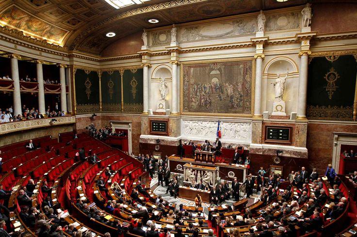 Assemble nationale France: Le 23 avril 2013, après plusieurs mois de bataille parlementaire, de manifestations «pro» et «anti», la loi ouvrant le mariage et l'adoption aux couples homosexuels est votée à l'Assemblée nationale.La France devient le 14e pays au monde à autoriser le mariage aux couples de personnes de même sexe. L'émotion est ..
