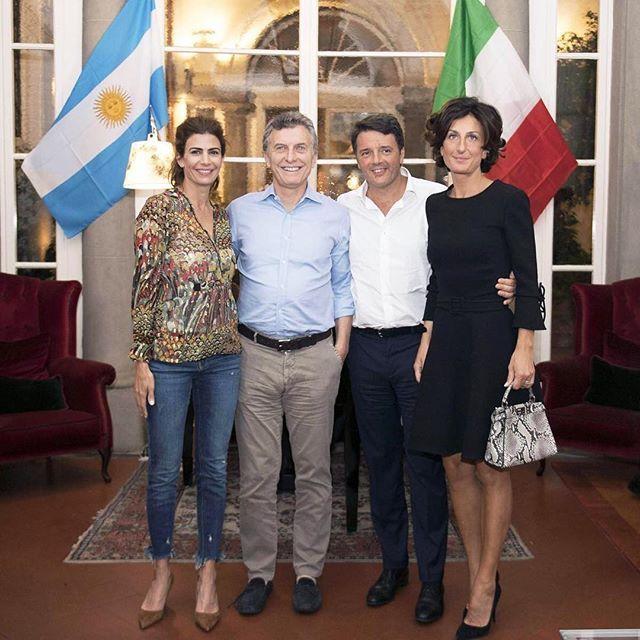 """LOS JEANS DE LA POLÉMICA Para su encuentro con el primer ministro de Italia, Matteo Renzi y su esposa, Juliana lució unos jeans azules mínimamente rasgados y esto despertó algunas críticas en los medios italianos que definieron esta elección como """"un paso en falso"""" de alguien que es un """"ícono de la moda en su país"""". ¿Vos qué opinás? ¿Rompió con el protocolo o no?"""