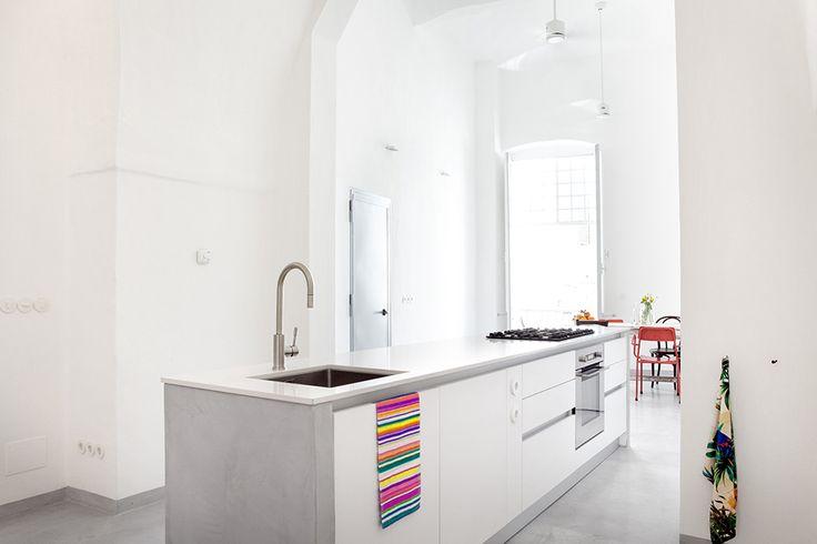 Die Küche ist das Herz der Wohnung. Eine voll ausgestattete Kücheninsel mit 5-Flammen Gasherd, Backofen, Spülmaschine, großem Kühlschrank, etc. und! besten italienischen Kochbüchern.   / / / /  casapolpo.com (Ferienwohnung) CASA POLPO appartamento #italien #apulien #monopoli #puglia #italia #urlaub #ferienwohnung #casapolpo #interior  #kitchen #design
