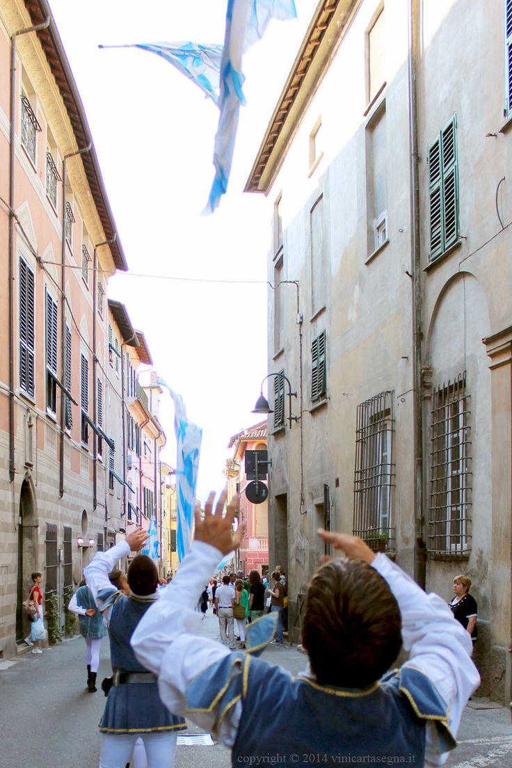 Gli sbandieratori di Asti per le vie di #Gavi in occasione dell'evento (Di Gavi in Gavi 2014)