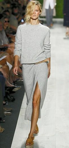 jupe longue grise, sweat shirt gris, { casual }