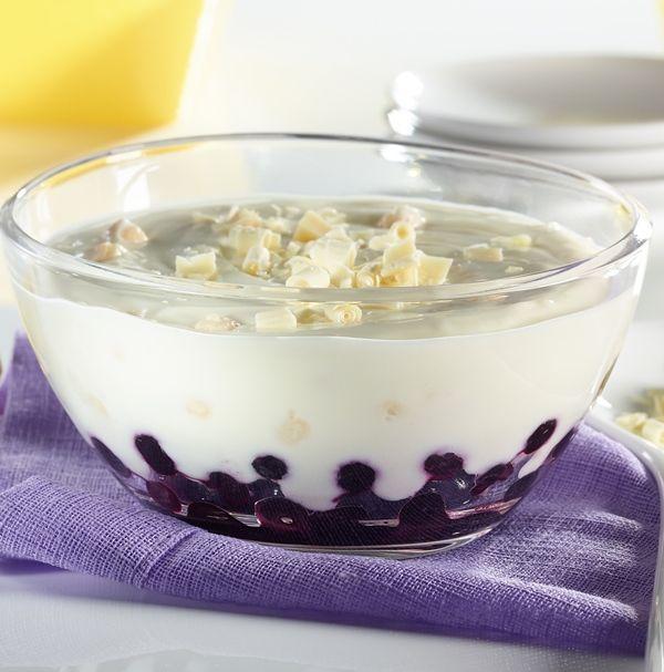 Lemon-Cheesecake-Creme-Dessert mit Heidelbeeren.