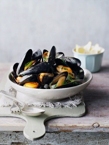 mussels in broth with lotsa bread!