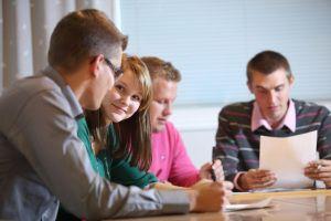 Ryhmätyöskentelyssä opiskelijat yhdistävättaitonsa