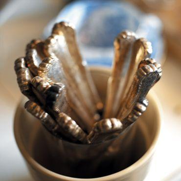 Rugbrød med tørret frugt - idé: lad det hvile over natten efter bagning. Skær i tynde, tynde skiver, som ristes helt tørre i ovnen. Voilà; lækre skiver knækbrød med tørret frugt.