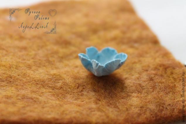 Здравствуйте! Сегодня хочу показать как я делаю вот такие цветочки-розы из бумаги. Для изготовления цветов нам понадобится: дырокол-цветок, дотс, клей ПВА, бумага плотность 200г/м2, мисочка с водой, мягкая ткань, лучше потолще. Вырезаем из бумаги дыроколом цветочки, если нет дырокола можно вырезать ножницами, предварительно нарисовав контур карандашом.