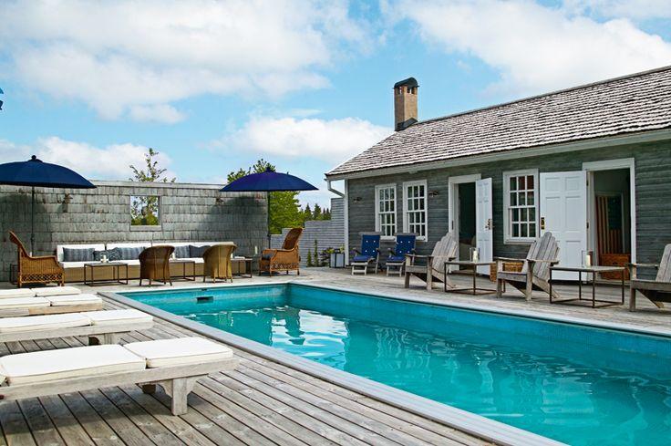 Poolhuset intill poolen är behandlat med järnvitriol och skapar enskildhet runt poolområdet.