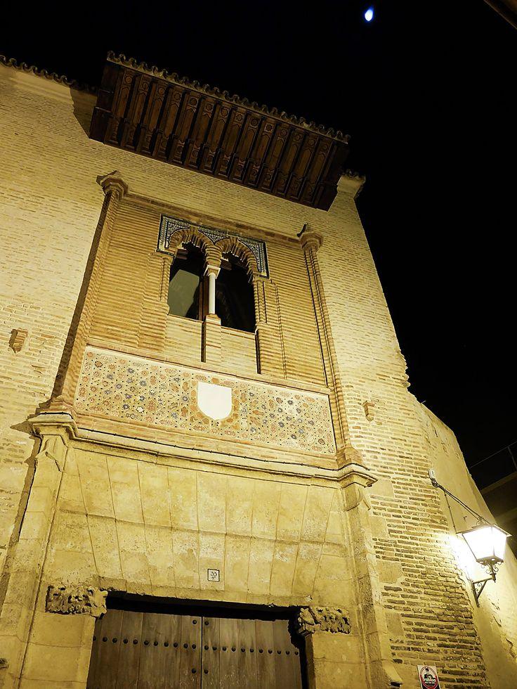 Palacio de los Marqueses de la Algaba (Sevilla). Es considerado uno de los mejores exponentes del arte mudéjar civil y es actualmente el Centro de Arte Mudéjar de la ciudad.  #sevilla #mudejar #turismosevilla #walkingtours #andaluciatours #andalusiaguidedtours
