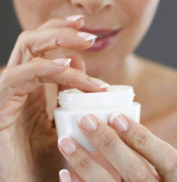 Czego szukać w kosmetykach do pielęgnacji twarzy? Filtrów przeciwsłonecznych, retinolu, witaminy E, C, kwasu liponowego, koenzymu Q, resweratrolu, glukonolaktonu, kwasu azelainowego, kwasów owocowych